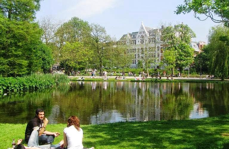 o que fazer em Amsterdã_Vondelpark, árvores, lago, gramado.
