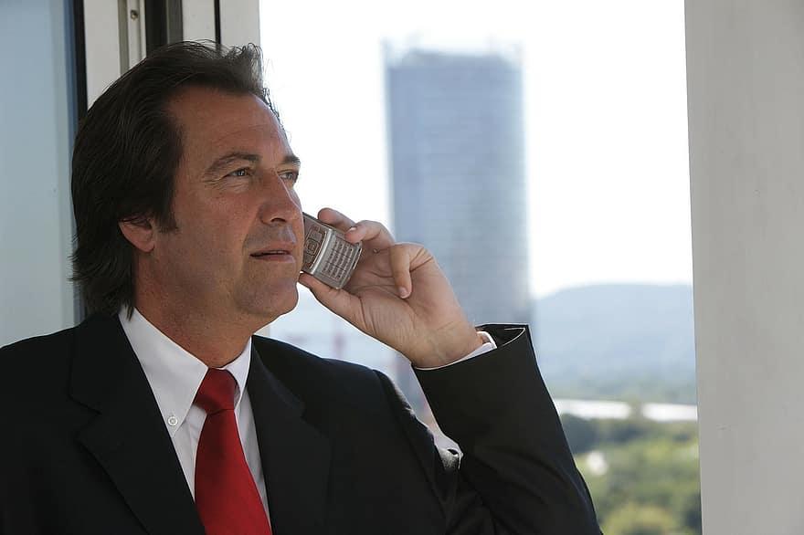 homem de negócios usando roaming internacional